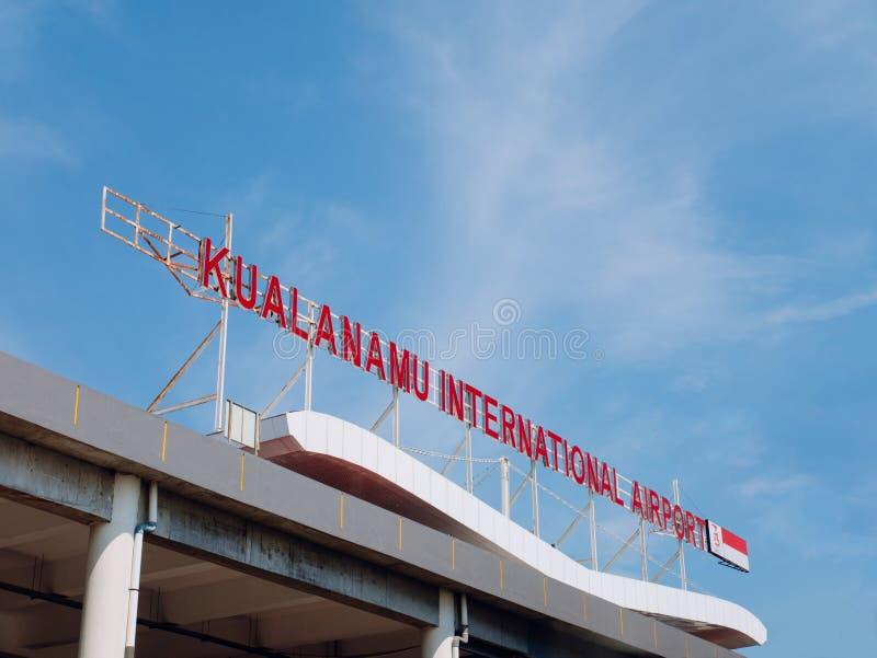 Kualanamu lotniska międzynarodowego Signage na wierzchołku budynek zdjęcia royalty free
