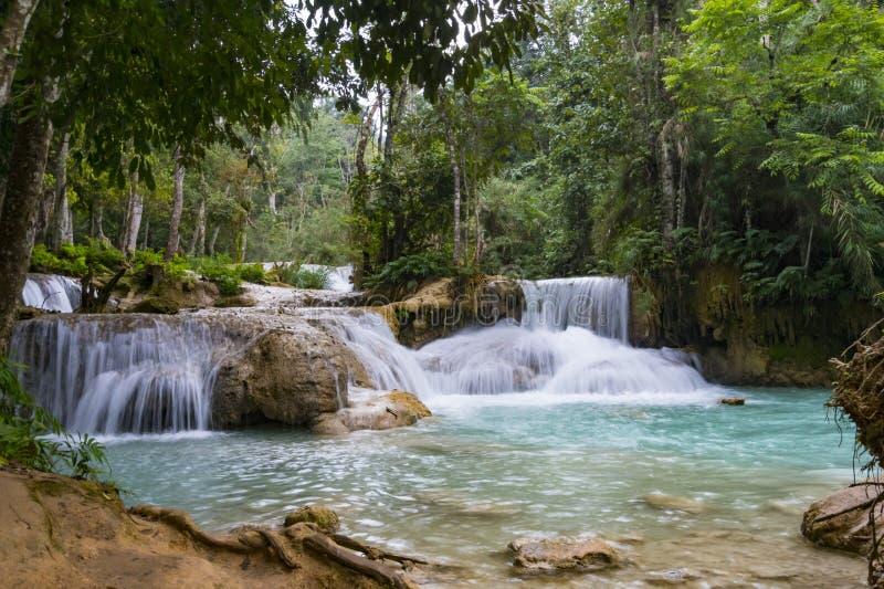 Kuang Si Waterfalls Luang Probang Laos Esposizione lunga Bello paesaggio Cascata nella giungla selvaggia Natura asiatica immagini stock