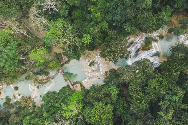 Kuang Si Waterfalls Luang Probang Laos exponering long h?rligt landskap Vattenfall i den l?sa djungeln Asiatisk natur b?sta sikt, royaltyfria bilder