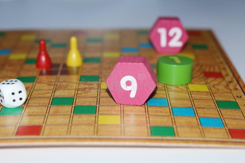 Kub chiper, trädiagram, ett ljust fält för leken arkivbilder
