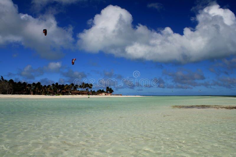 Kubańczyk plaża Turkusowe wody, biały piasek i wodni sporty, zdjęcie royalty free