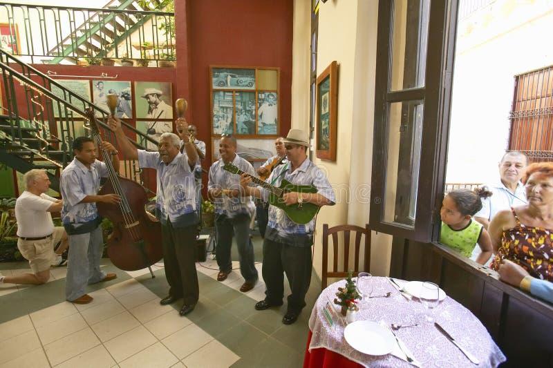 Kubańscy muzycy wykonuje w restauraci Stary Hawański, Kuba obraz royalty free