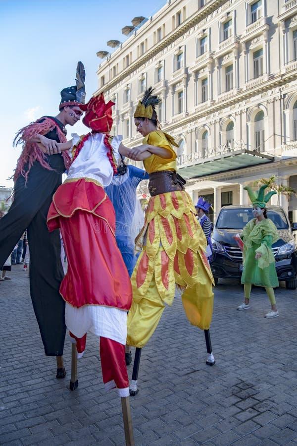 Kubańscy uliczni wykonawcy tanczy na stilts, Hawańskich, Kuba zdjęcie stock