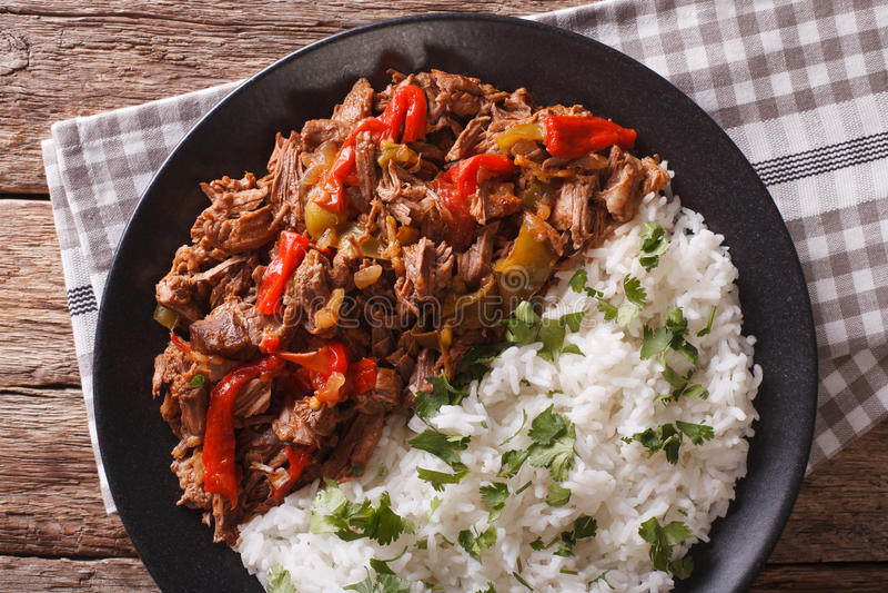 Kubańska kuchnia: ropy vieja mięso z ryżu garnirunku zbliżeniem obrazy stock