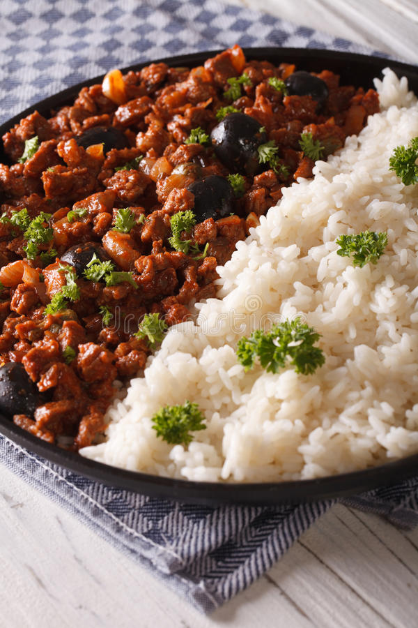 Kubański jedzenie: Picadillo z bocznym naczyniem ryżowy zakończenie Vertica zdjęcie stock