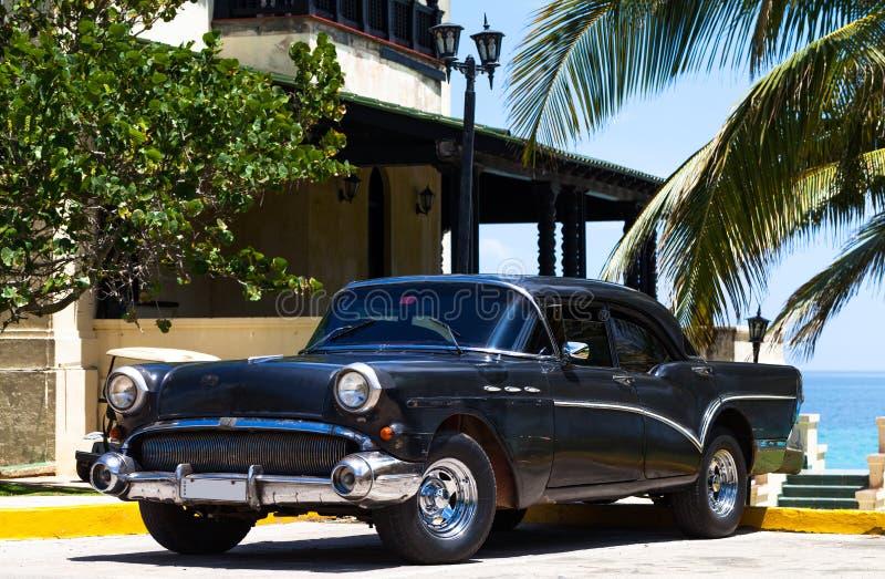 Kuba czerni amerykańskiego klasycznego samochód na plaży obraz stock