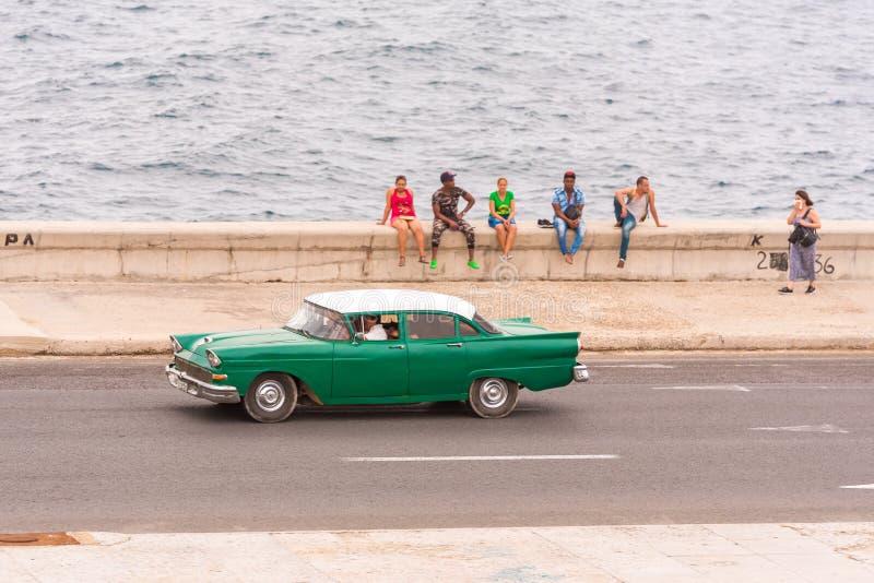 KUBA, HAVANA - 5. MAI 2017: Amerikanisches grünes Retro- Auto reitet entlang die Ufergegend Kopieren Sie Raum für Text stockbilder