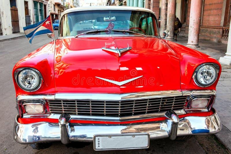 Kuba havannacigarr: Amerikansk klassisk bil med den Kuba flaggan som parkeras på arkivbild