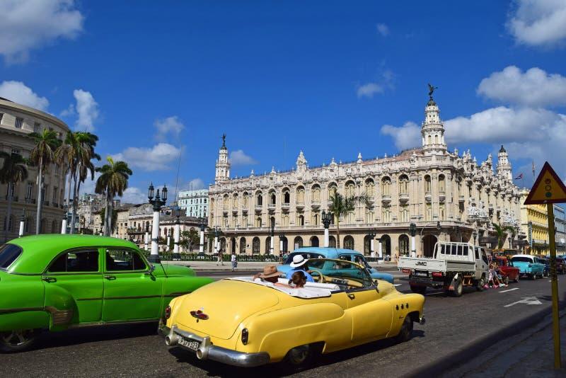 Kuba havannacigarr, Februari 10, 2018: antika bilar i gatan av havannacigarren arkivbild