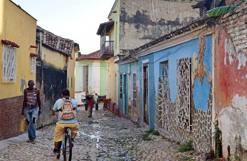 Kuba havannacigarr, Februari 16, 2018: folk som går på de fattiga gatorna royaltyfria bilder