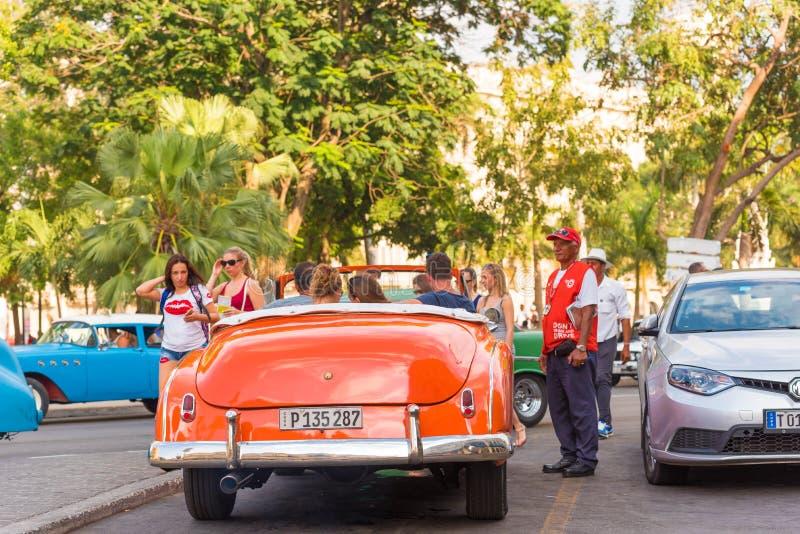 KUBA HAVANNACIGARR - MAJ 5, 2017: Amerikansk orange retro cabriolet på stadsgatan Kopiera utrymme för text tillbaka sikt arkivfoto