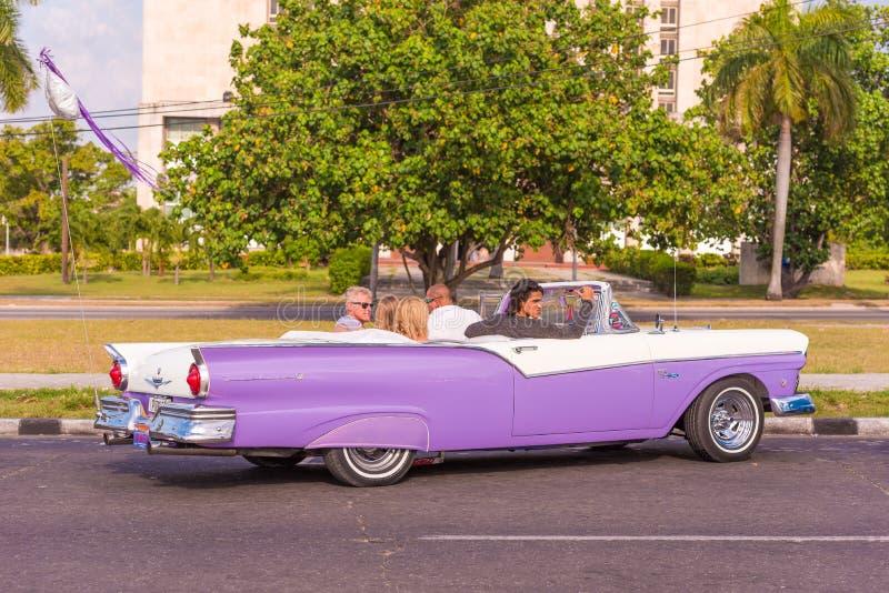 KUBA HAVANNACIGARR - MAJ 5, 2017: Amerikansk purpurfärgad retro cabriolet på stadsgatan Kopiera utrymme för text royaltyfri foto