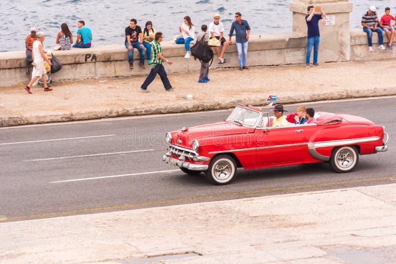 KUBA HAVANNACIGARR - MAJ 5, 2017: Amerikansk röd retro cabriolet på stadsgatan Kopiera utrymme för text arkivfoton