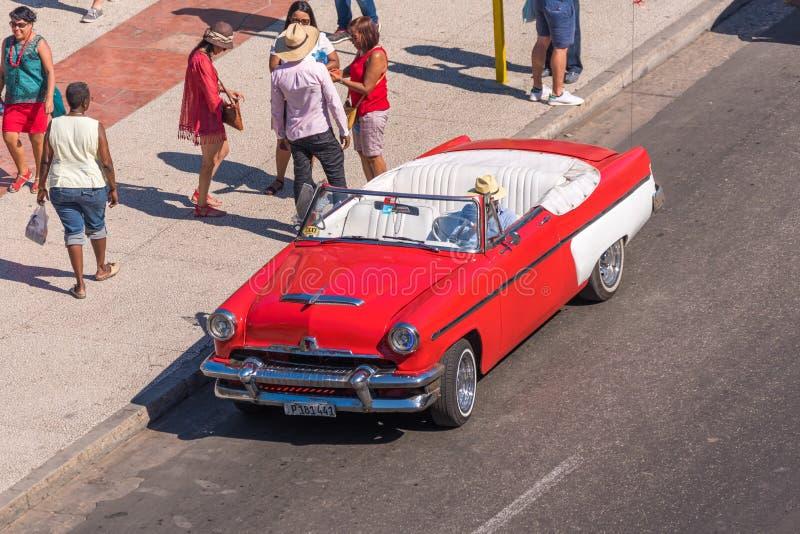 KUBA HAVANNACIGARR - MAJ 5, 2017: Amerikansk röd retro cabriolet på stadsgatan Kopiera utrymme för text royaltyfria bilder