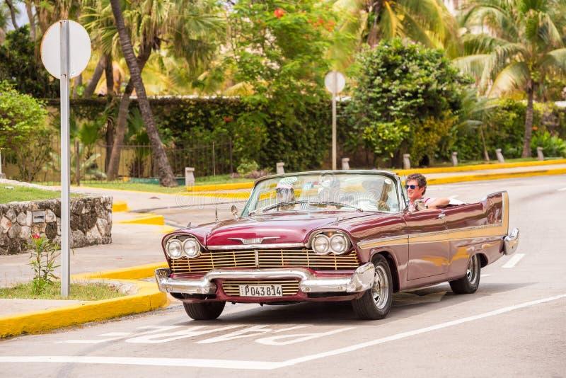 KUBA HAVANNACIGARR - MAJ 5, 2017: Amerikansk retro-cabriolet på stadsgatan Kopiera utrymme för text royaltyfri foto