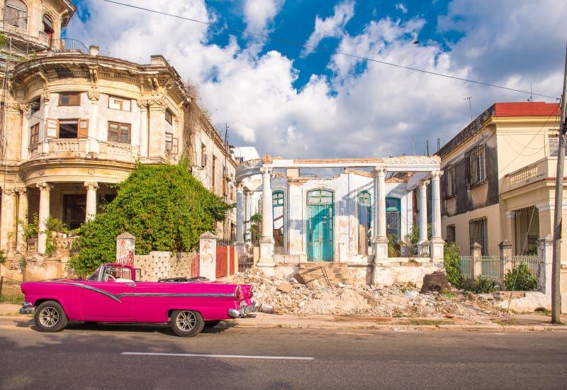 KUBA HAVANNACIGARR - MAJ 5, 2017: Amerikansk rosa retro cabriolet på bakgrunden av byggnader Kopiera utrymme för text fotografering för bildbyråer