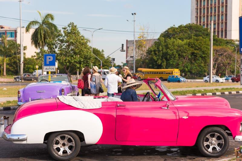 KUBA HAVANNACIGARR - MAJ 5, 2017: Amerikansk rosa retro cabriolet på stadsgatan Närbild arkivbild