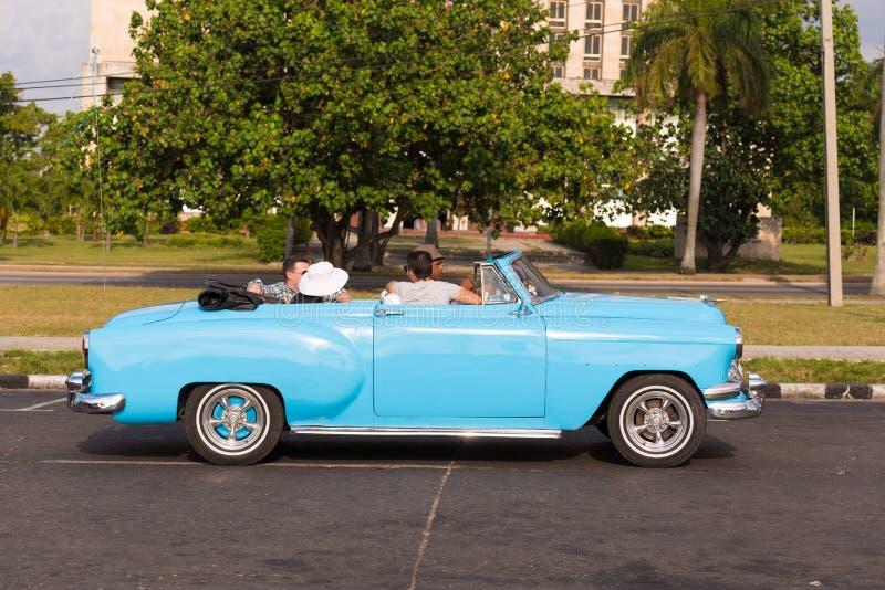 KUBA HAVANNACIGARR - MAJ 5, 2017: Blå retro cabriolet för amerikan på stadsgatan Kopiera utrymme för text royaltyfri fotografi