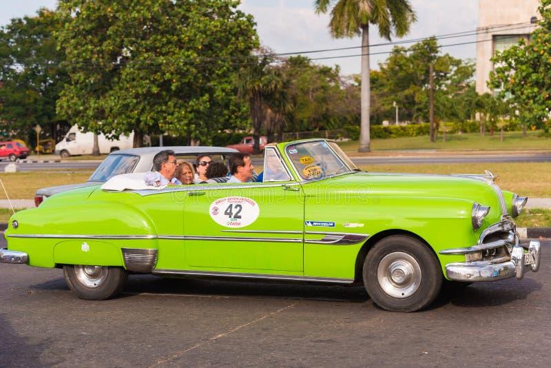 KUBA HAVANNACIGARR - MAJ 5, 2017: Grön retro cabriolet för amerikan på stadsgatan Kopiera utrymme för text arkivfoto