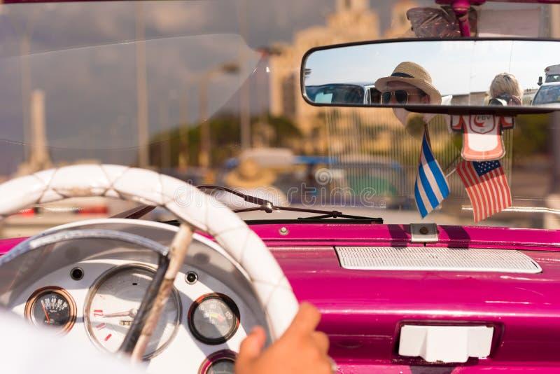 KUBA HAVANNACIGARR - MAJ 5, 2017: Rosa amerikansk cabriolet för salong, Kuba, havannacigarr Närbild arkivfoto