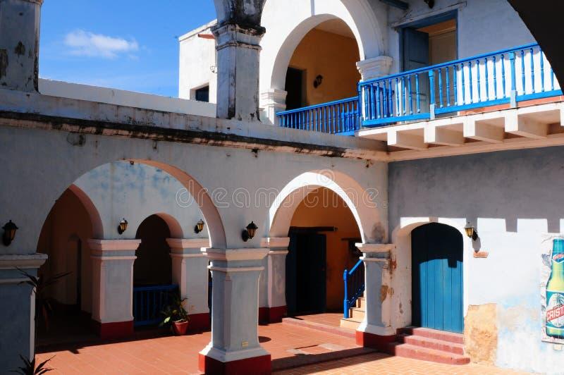 Kuba: Kolonisty patio w mieście i dom obrazy royalty free