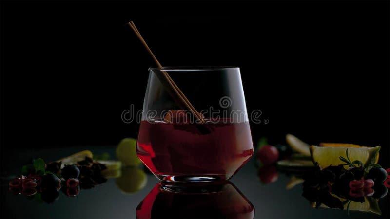 Kuba Libre eller coctail för med is te med stark alkohol på mörk bakgrund arkivfoto