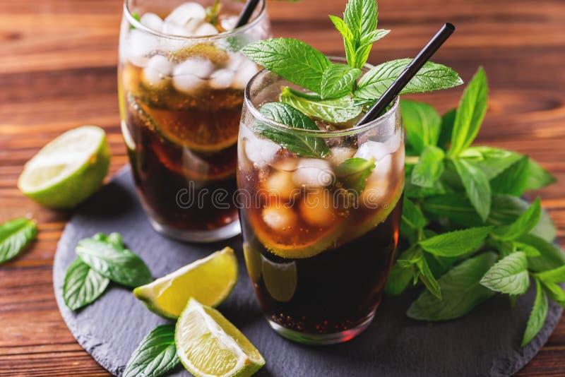 Kuba Libre koktajl z kolą, wapnem, rumem i miętówką, zdjęcie stock