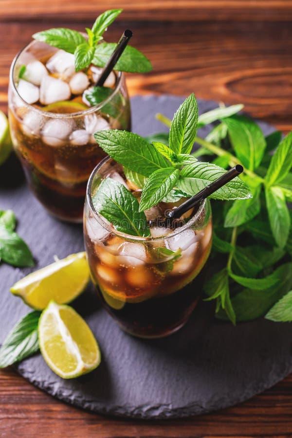Kuba Libre koktajl z kolą, wapnem, rumem i miętówką, fotografia stock