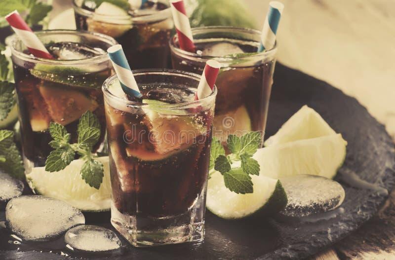 Kuba Libre lata alkoholiczny koktajl z wapnem, rumem, mennicą i lodem w, szklanej, selekcyjnej ostrości, obraz stock