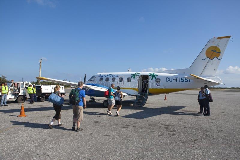 KUBA LUTY 01, 2013: grupa pasażerskiego abordażu mały samolot od wyspy Varadero zdjęcie royalty free