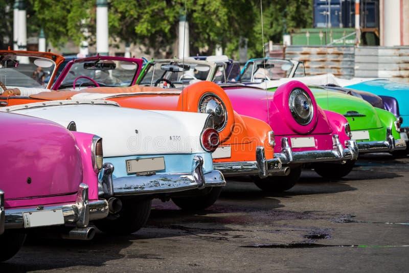 Kuba många amerikanska färgglade klassiska bilar som parkeras i staden från havannacigarr royaltyfria bilder