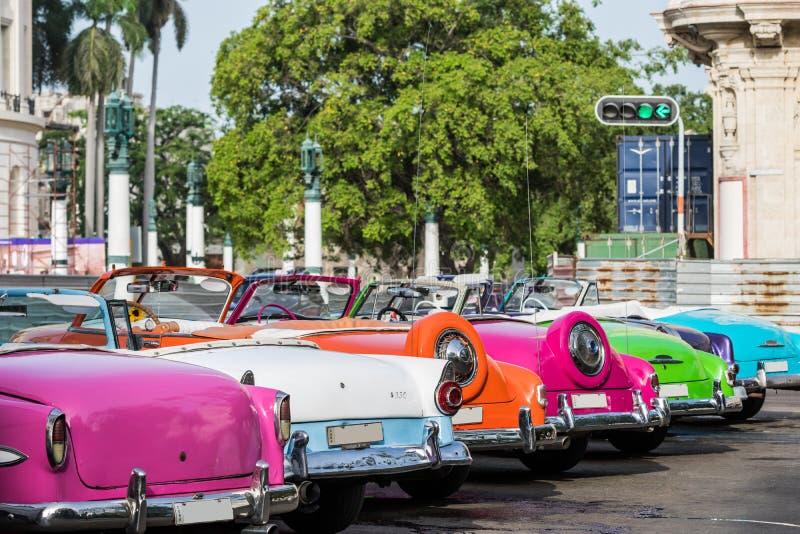 Kuba många amerikanska färgglade tappningbilar som parkeras i staden från havannacigarr royaltyfria bilder