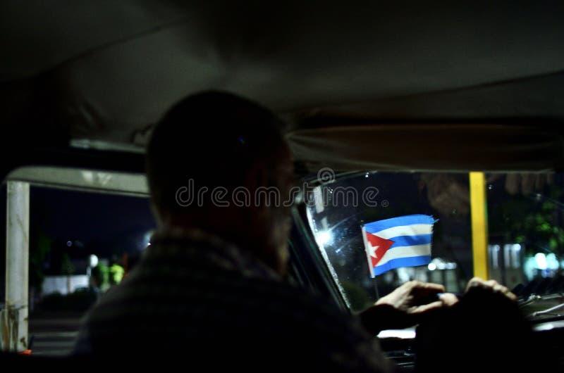 Kuba och bilar på natten arkivbild