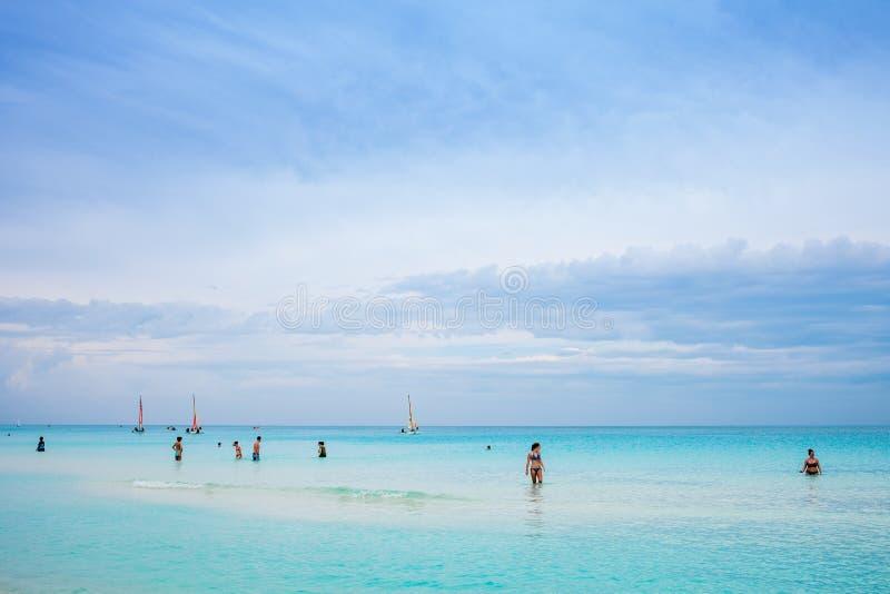 Kuba plaża Z wiele Kanadyjskimi turystami obrazy stock