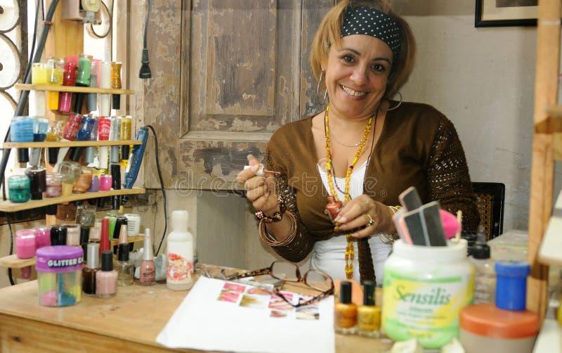 Kuba: salon w mieszkaniu w Havanna To jest czym kobieta a fotografia stock