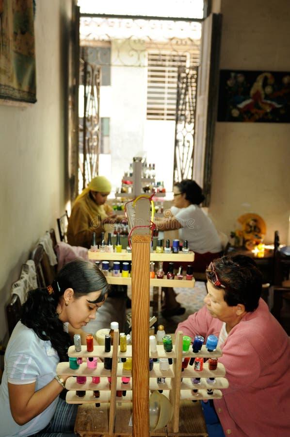 Kuba: salon w mieszkaniu w Havanna To jest czym kobieta a obrazy royalty free