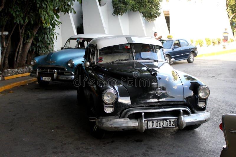 Kuba starzy samochody wciąż operacyjni i używać jako taxi obrazy stock