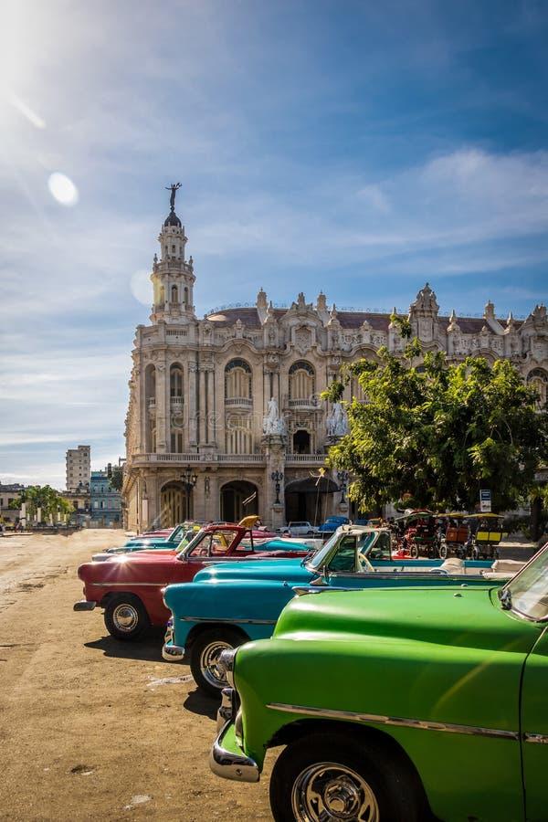 Kubanische bunte Weinleseautos vor dem Gran Teatro - Havana, Kuba stockfoto