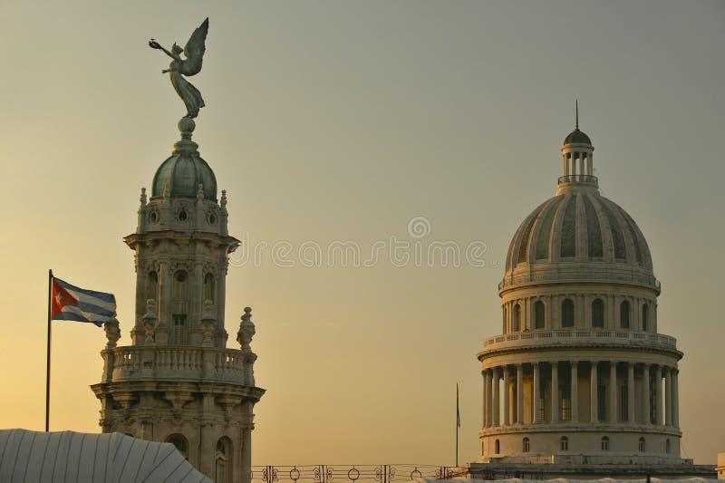 Kubanische Flagge bei Sonnenaufgang mit den Dächern des Opernhauses, der Haube des königlichen Theaters und des Kapitols, Havana lizenzfreies stockbild