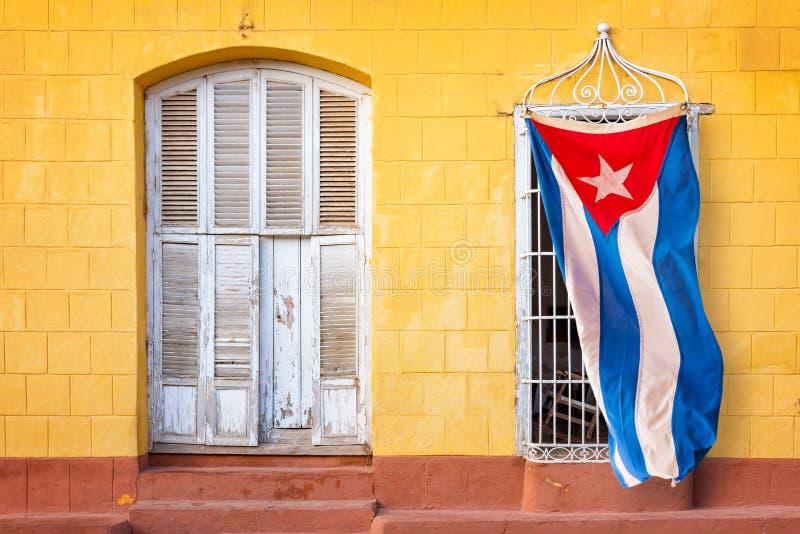 Kubanische Flagge, die am Fenster eines bunten Hauses in einer Straße von Trinidad Cuba hängt lizenzfreie stockfotografie