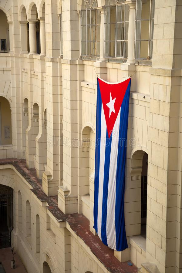 Kubanische Flagge, die gegen ein Gebäude schwimmt stockfotografie