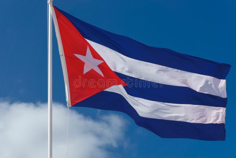 Kubanische Flagge mit blauem Himmel stockbilder