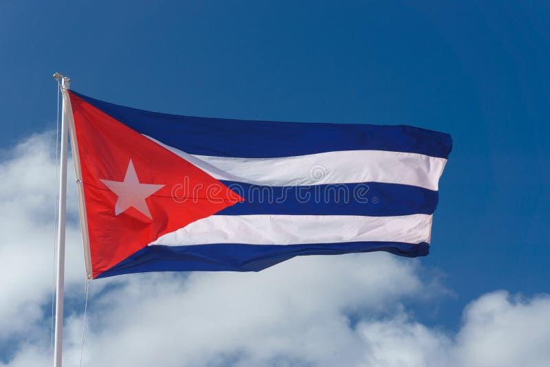 Kubanische Flagge mit blauem Himmel stockfotos
