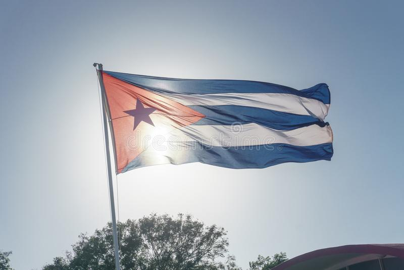 Kubanische Flagge mit blauem Himmel stockfotografie