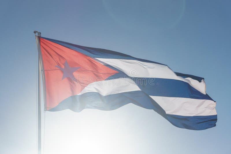 Kubanische Flagge mit blauem Himmel stockfoto