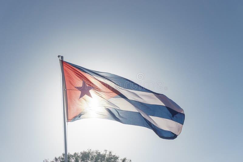 Kubanische Flagge mit blauem Himmel lizenzfreies stockfoto