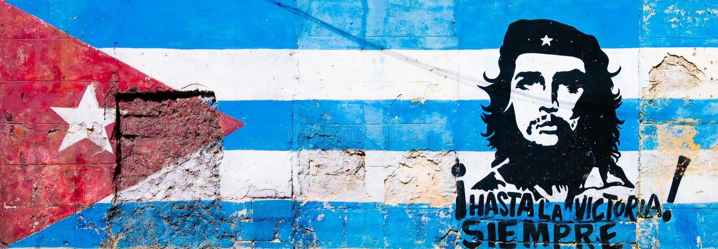 Kubanische Flagge und Che Guevara gemalt auf alter Wand in Havan stockbilder