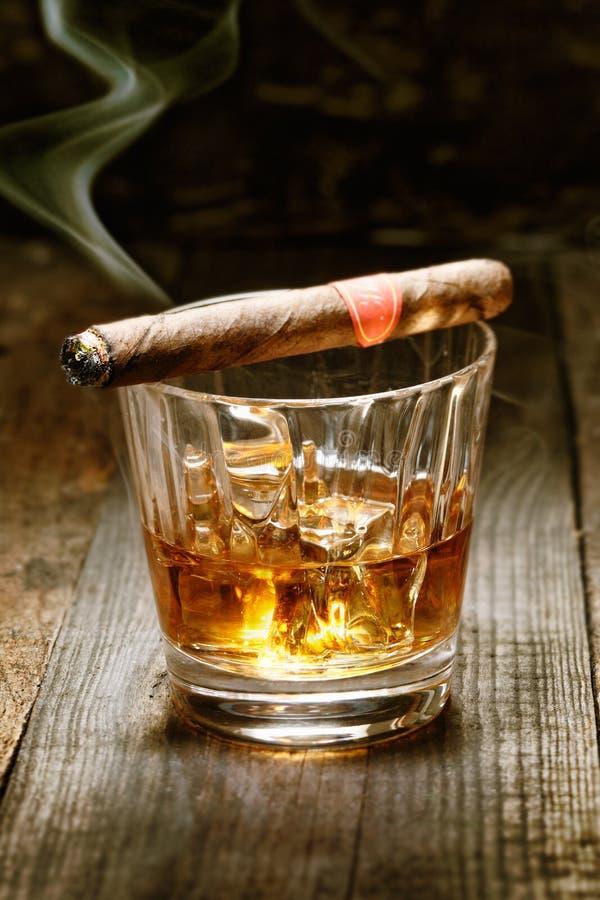 Kubanische Zigarre auf Whisky stockfotos