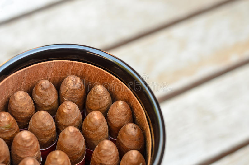 Kubanische Zigarren im Glas stockbild