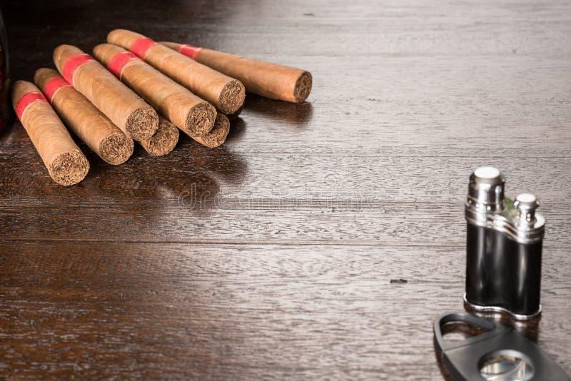 Kubanische Zigarren lösen auf Tabelle lizenzfreies stockbild